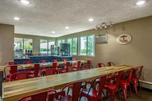 A restaurant or other place to eat at Super 8 by Wyndham Duluth