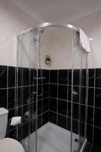 A bathroom at Argyll House