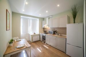 Кухня или мини-кухня в Apartment on Belinskogo