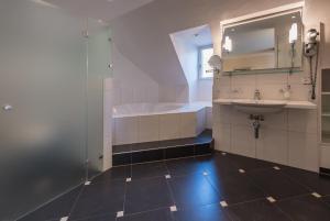 Ein Badezimmer in der Unterkunft Parkhotel Gunten – Beach & Spa