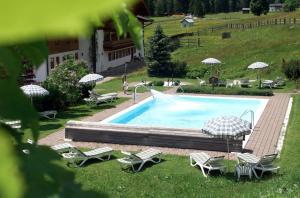 Der Swimmingpool an oder in der Nähe von Landhaus St. Georg