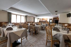 A restaurant or other place to eat at Hotel Cima Piazzi
