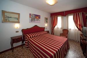 Hotel Fontana tesisinde bir odada yatak veya yataklar