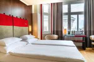 A bed or beds in a room at Hotel Rathaus - Wein & Design