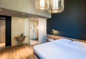 Een bed of bedden in een kamer bij Hotel Arena