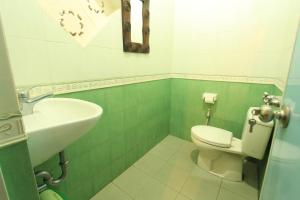 A bathroom at Duana's Homestay