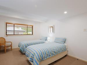 A bed or beds in a room at Beauty and the Beach', 88 Foreshore Drive - large home with WIFI & water views