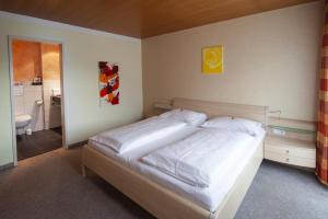 A bed or beds in a room at Hotel Garni Brigitte