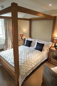 A bed or beds in a room at The Punch Bowl Inn