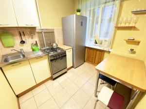 Кухня или мини-кухня в Apartment Ibragimova 25