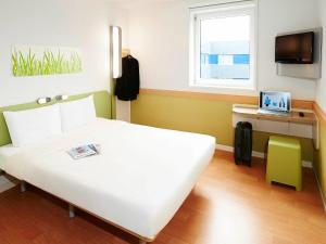 A bed or beds in a room at ibis budget Birmingham International Airport – NEC