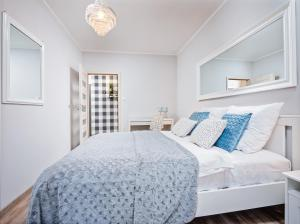 A bed or beds in a room at Apartamenty Homely Place 8 - Parking