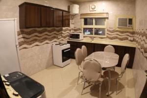 مطبخ أو مطبخ صغير في شقق سوات الفندقية