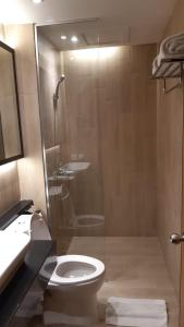 A bathroom at Hotel Polonia Medan managed by Topotels