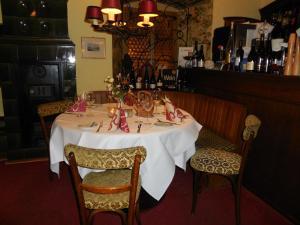 Ein Restaurant oder anderes Speiselokal in der Unterkunft Hotel Zum Schwarzen Kreuz
