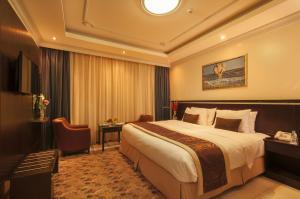 سرير أو أسرّة في غرفة في بلاتينيوم أبراج الإحسان