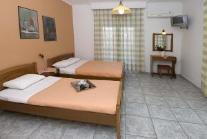 Un pat sau paturi într-o cameră la Harisis Apartments