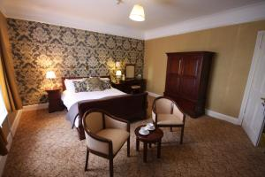 A bed or beds in a room at Gipsy Hill Hotel
