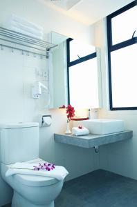 A bathroom at Cairnhill Hotel Kuala Lumpur