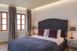 A bed or beds in a room at Casa Delfino Hotel & Spa