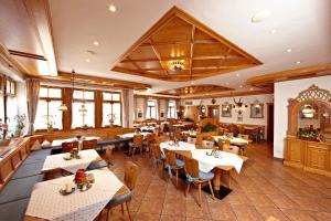 Ein Restaurant oder anderes Speiselokal in der Unterkunft Hotel Schatten