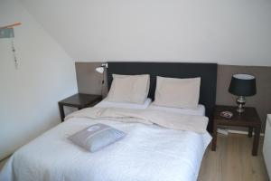 Een bed of bedden in een kamer bij De Koeln Forelvisvijvers B&B