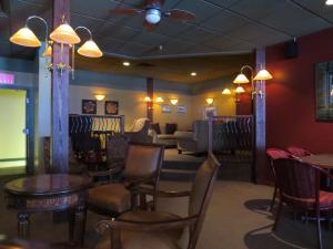 The lounge or bar area at Town and Mountain Hotel