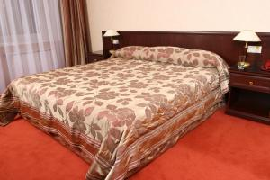 A bed or beds in a room at Sheremetev Park Hotel