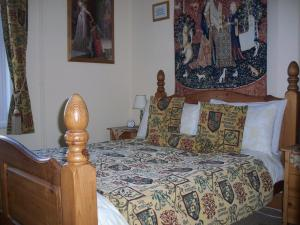 A bed or beds in a room at Minstrel's Rest