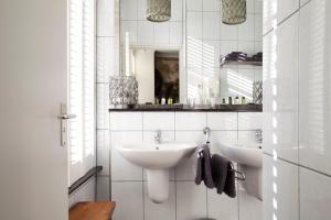 A bathroom at Bouteaque Hotel