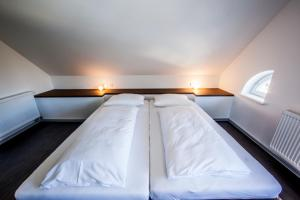 A bed or beds in a room at Achtender