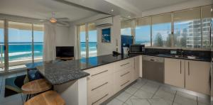 A kitchen or kitchenette at Viscount on the Beach