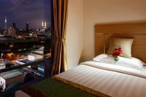 سرير أو أسرّة في غرفة في سكن وفندق وان ستوب