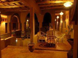 Un restaurante o sitio para comer en Riad Maktoub