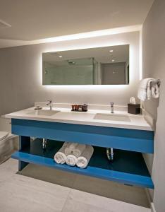 A bathroom at La Jolla Cove Suites
