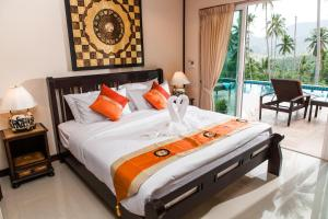 A bed or beds in a room at Samui Sunrise Seaview Villa