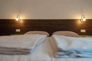 A bed or beds in a room at Hotel Weinert