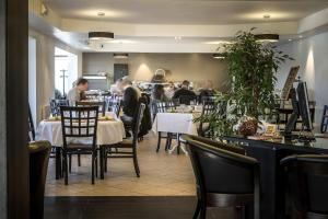 A restaurant or other place to eat at initial by balladins Genève / St-Genis-Pouilly