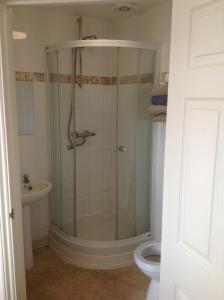 A bathroom at Miners Lodge