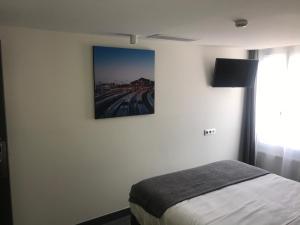 Телевизор и/или развлекательный центр в Hotel de Paris Montmartre