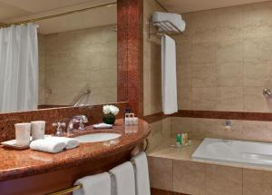 A bathroom at Sheraton Cordoba Hotel