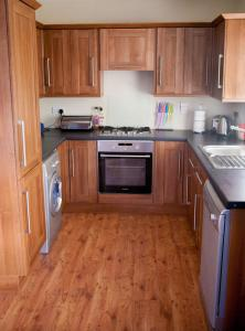 A kitchen or kitchenette at Inverin Cottage