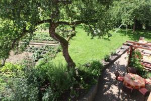 Ein Garten an der Unterkunft Gasthof Zum Hohen Lohr