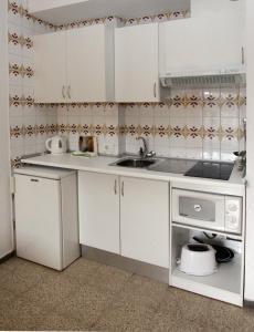 Una cocina o zona de cocina en Apartamentos El Sol