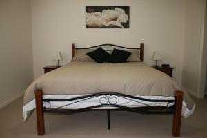 A bed or beds in a room at Breakaway Apartments