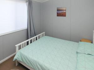 A bed or beds in a room at 59 Wharf Street Opposite Bowling Club