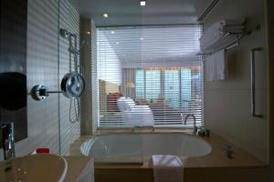 حمام في كراون بلازا جزيرة ياس