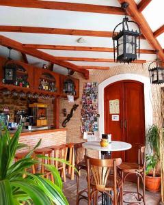 Un restaurante o sitio para comer en Hostal El Asturiano