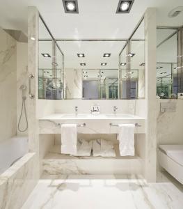 Ein Badezimmer in der Unterkunft Hotel de Londres y de Inglaterra