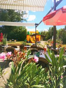 Restaurant ou autre lieu de restauration dans l'établissement Camping Domaine de Mepillat
